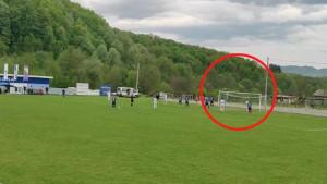 Nestvarne scene sa bh. terena: Golman izbio loptu daleko preko gola, sudija pokazao na centar