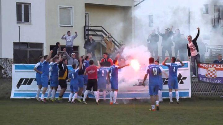 Navijači Kiseljaka oteli, pa zapalili zastavu sa ljiljanima