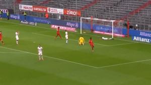 Ovakve greške ne prave ni amateri: Davies iskoristio očaj odbrane Eintrachta