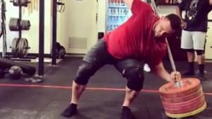 Strongman pokazao kako izgleda čučanj sa 255 kilograma bez stalka