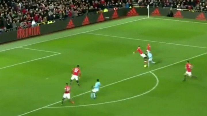 """Pazi klizavo! Gabriel Jesus driblingom """"uništio"""" štopera Uniteda"""