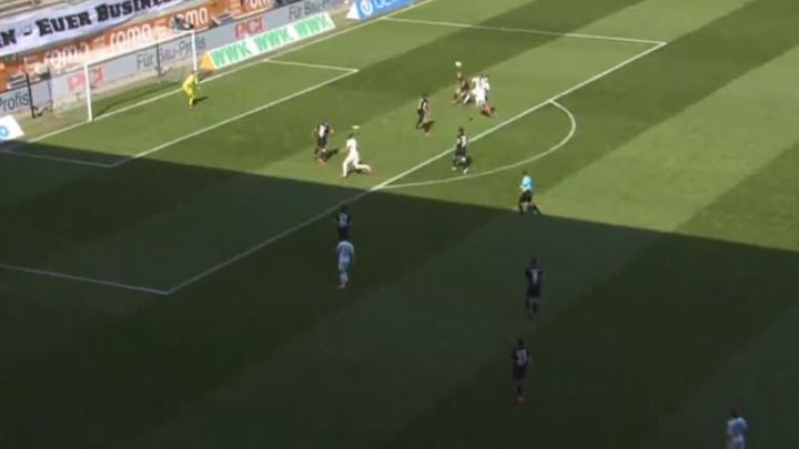 Fudbaler Wolfsburga zabio spektakularan gol glavom sa 15 metara