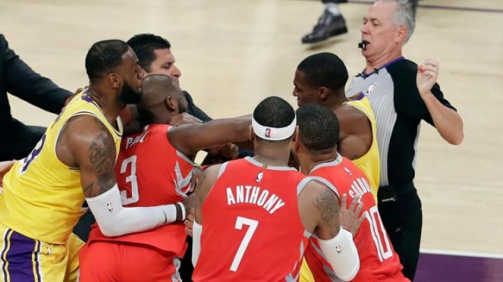 Rondo pljunuo Paula, a onda se u sve uključio i Carmelo Anthony