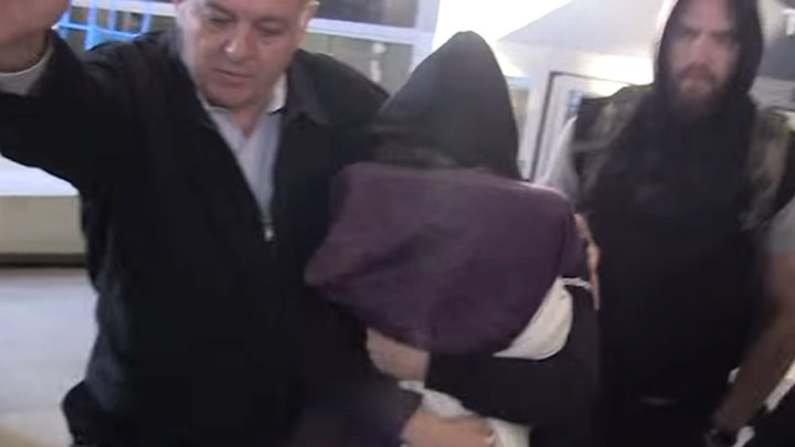 Ronda od srama skrivala lice na aerodromu