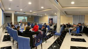 Igrači Tuzla Cityja svi kao jedan gledaju utakmicu Sarajeva
