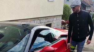 Ne može na teren, ali može u Ferrari: Tugu bh. fudbaler 'ubija' u brutalnoj mašini