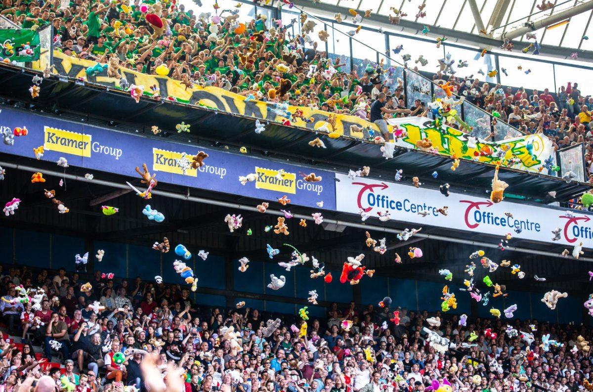 Ne, ovo nije neki čudni protest: Gostujući navijači zasuli teren hiljadama plišanih igračaka