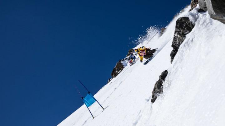Skijaški duel na strmom alpskom vrhu