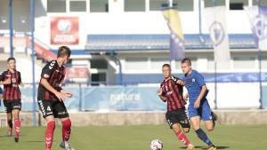 Dvojica mladih fudbalera plavi mijenjaju crveno-crnim dresom