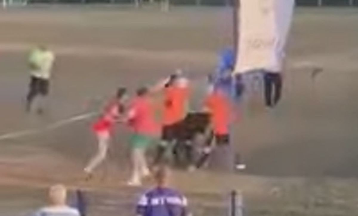 Sramotne scene sa bh. stadiona: Utrčali na teren i udarali sudije, susret prekinut