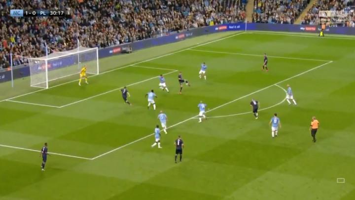 Majstorska asistencija Van Persieja na utakmici legendi Cityja protiv tima Premier lige
