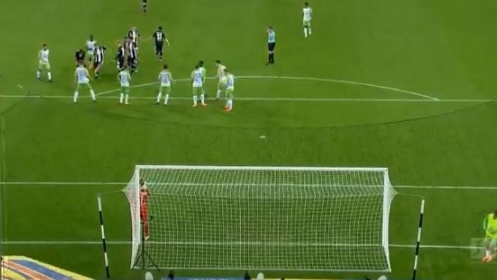 """U Bundesligi može i """"na foru"""": Lukavi Kramer nasamario sve i poslao loptu u mrežu"""
