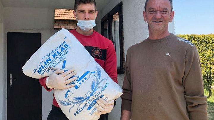 Igrač Slobode oduševio sugrađane: Livančić ugroženim stanovnicima Viteza kupio po vreću brašna