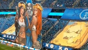 Pirat, flaša ruma i dvije amazonke: Na fudbalskim stadionima odavno nije viđene seksipilnija koreogr