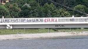 Robijaši transparentom na mostu traže zaustavljanje gašenja NK Čelik