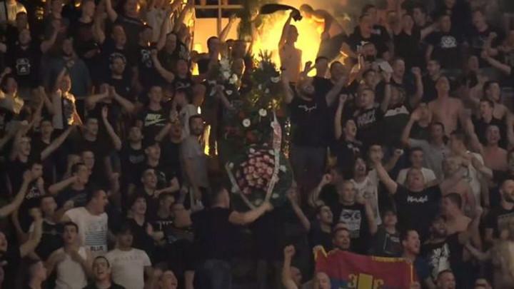 Morbidno: Navijači Partizana svijećama i vijencima doslovno sahranili Zvezdu