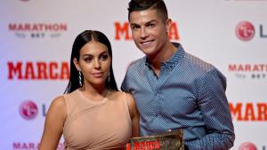 """""""Bijesni"""" Ronaldo podijelio fotografiju s Georginom, njena stražnjica privukla svu pozornost"""