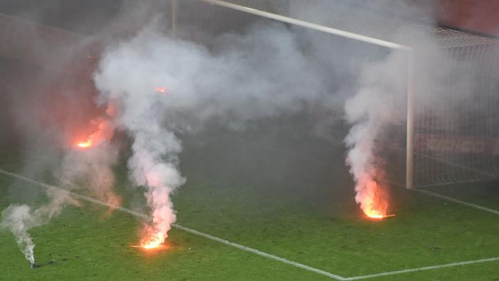 HSV ispao prvi put u historiji: Navijači u nadoknadi prekinuli utakmicu