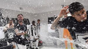 """Pjanić """"kolovođa"""": Pogledajte šta su igrači Juventusa uradili svom treneru"""
