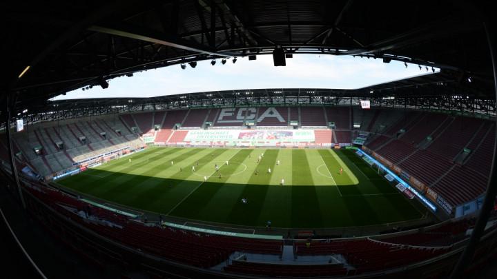 Nekako osvanuo transparent na stadionu u Augsburgu, navijači su rekli svoje