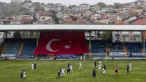 Turke ni korona ne sprječava da gledaju utakmicu voljenog tima