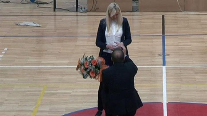Trener Sutjeske na utakmici zaprosio djevojku