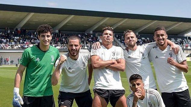 Cristiano Ronaldo objavio fotografiju na Facebooku, a svi gledaju u njegove i Bonuccijeve noge