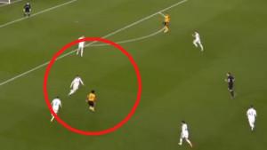 Adama Traore je projurio pored igrača Leedsa, ali se nije nadao golu kakav je postignut