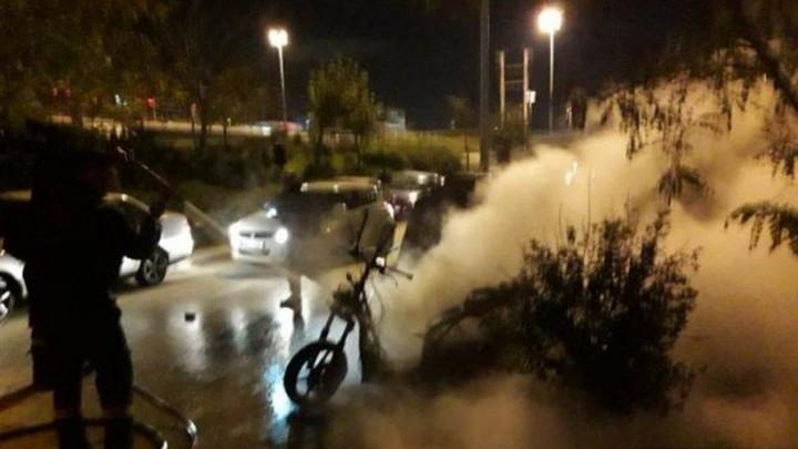 U Pireju ispred dvorane Mira i prijateljstva gore automobili i motocikli
