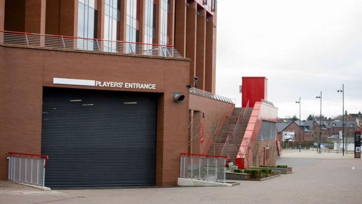 Trojac na izlaznim vratima Anfielda