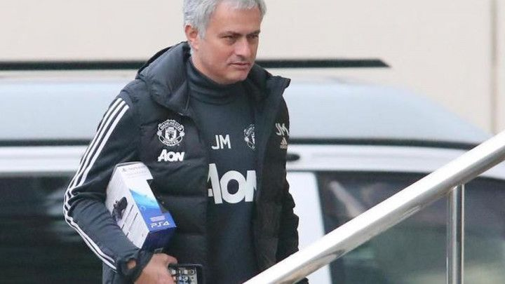 Mourinho u hotelu igrao FIFA-u, znate li s kojim timom?