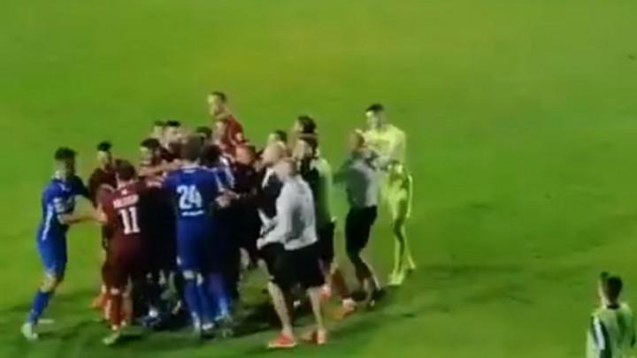 Nove varnice na Pecari: Sudija jedva zaustavio tuču igrača Širokog i Sarajeva