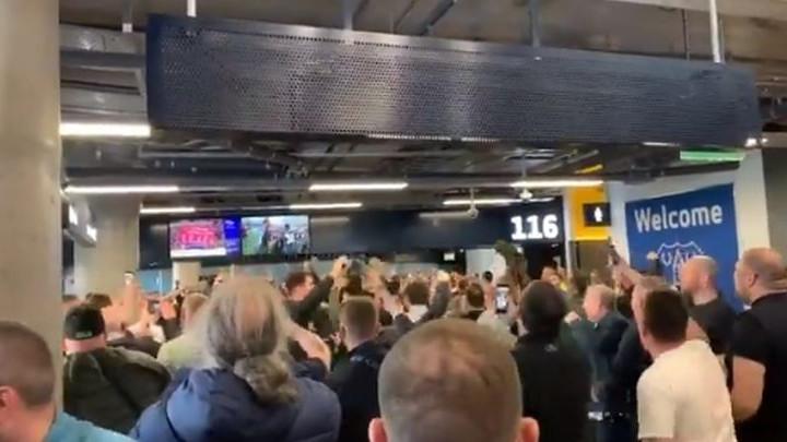 Navijači Evertona uživaju u neuspjehu Liverpoola i porukom im stavljaju sol na ranu