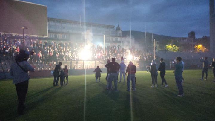 Noć puna emocija u zeničkom hramu fudbala: Reflektori nisu radili, ali pjesma Robijaša je odjekivala