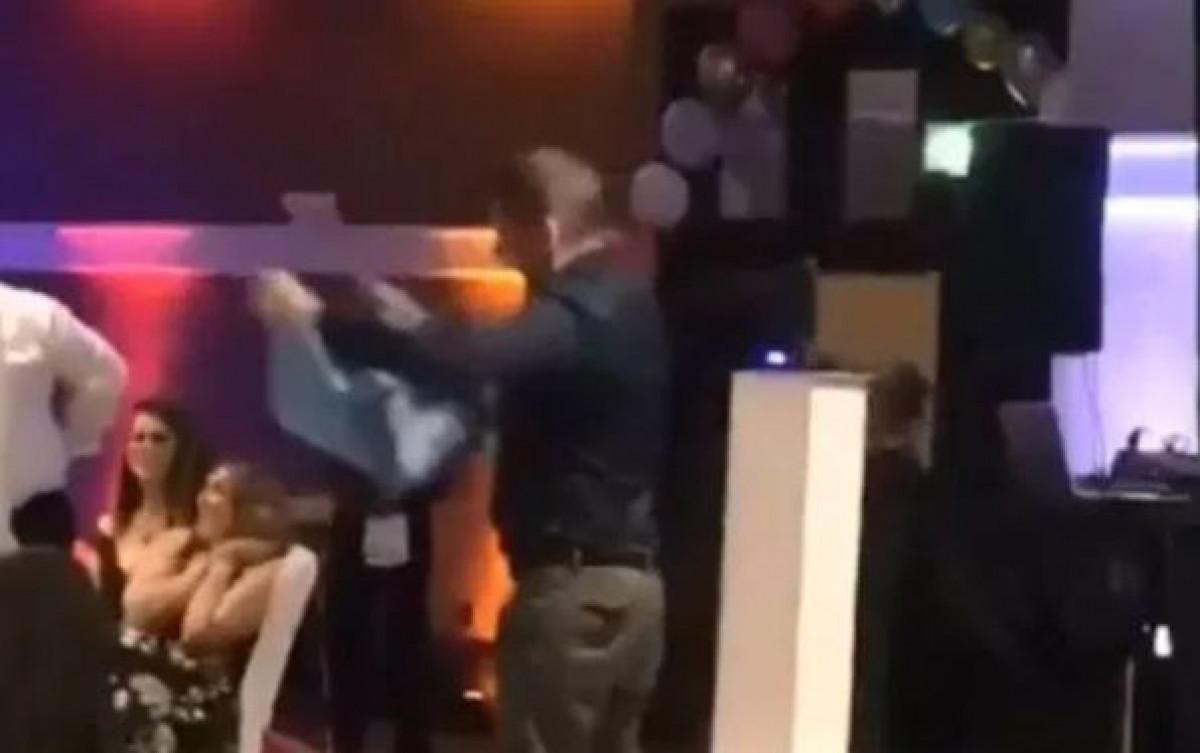 Navijač Manchester Uniteda kupio Aguerov dres s potpisom samo da bi ga uništio
