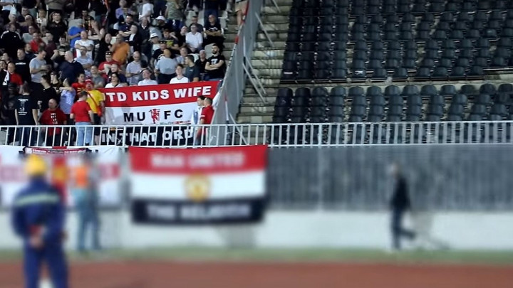 Pojavio se snimak navijača Partizana koji otima zastavu navijača Manchester Uniteda