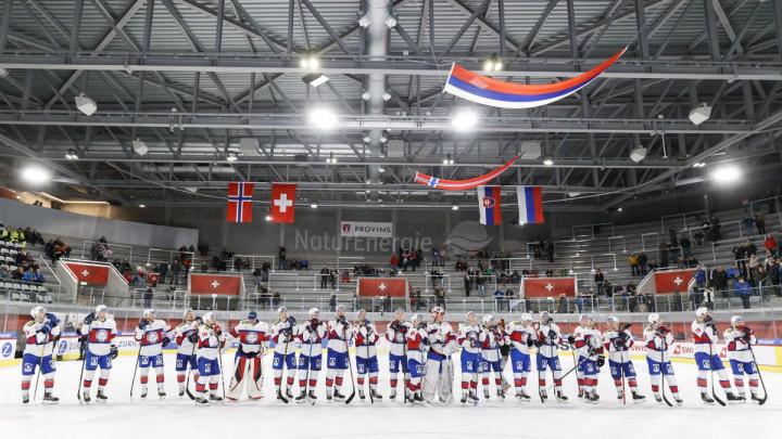 Nije za svačiji želudac: Novinarki pak na hokejaškoj utakmici smrskao oko