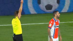 Vikend bizarnih događaja nastavljen u Španiji: Igrač Alavesa nije ni slutio da će dobiti crveni