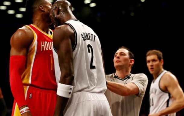 Garnett pogodio Howarda loptom, pa ga udario glavom