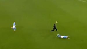 Ne dešava se često da De Bruyne završi na travi nakon driblinga: Traore ga je bacio na glavu