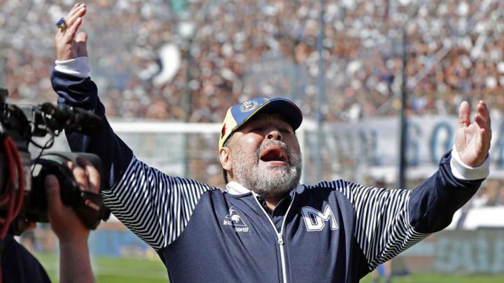 Maradona izgubio prvi gradski derbi, pa napao igrača Estudiantesa koji ga je spustio na zemlju