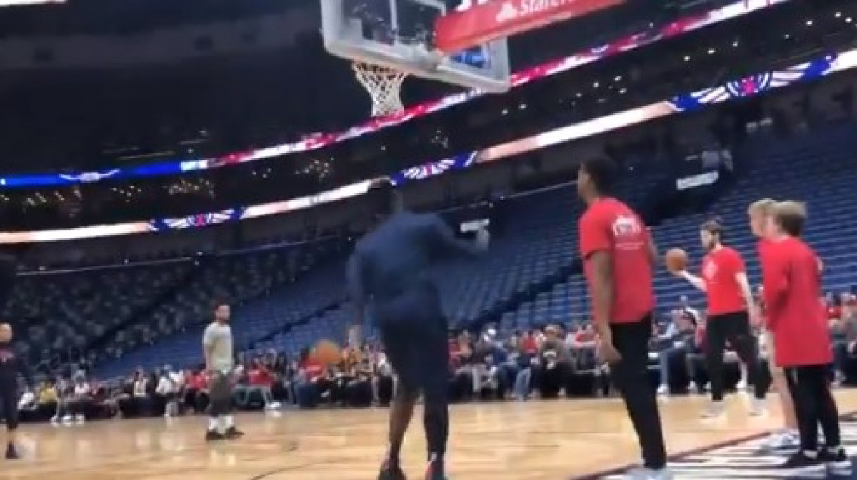 Previše se igra: Zion zakucava sa povrijeđenim koljenom