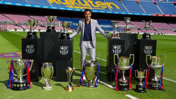 Suarez pozirao pored osvojenih trofeja, a svi su odmah uočili razliku s Rakitićevim oproštajem