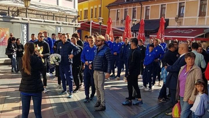 Fudbaleri Dinama i Slobode položili cvijeće na Kapiji