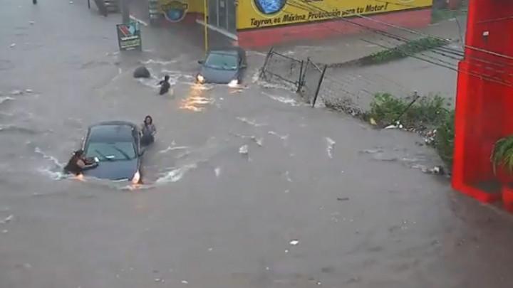 Uznemirujući snimak: Obojkašicu progutala vodena bujica dok je spašavala prolaznicu