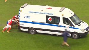 """Neobična situacija: Igrači """"izvlačili"""" Hitnu pomoć sa terena"""