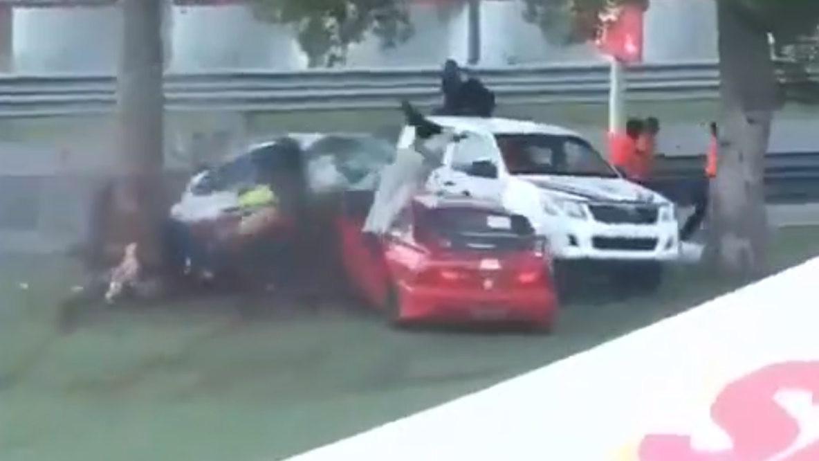 """Trenutak užasa: Automobil se prepolovio nakon udara u drvo, vozačica """"katapultirana"""""""