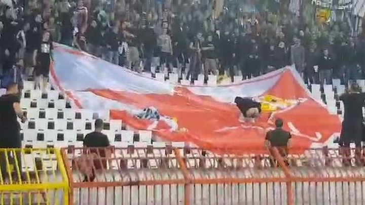 Šokantan snimak: Navijači Partizana urinirali po grbu Crvene zvezde