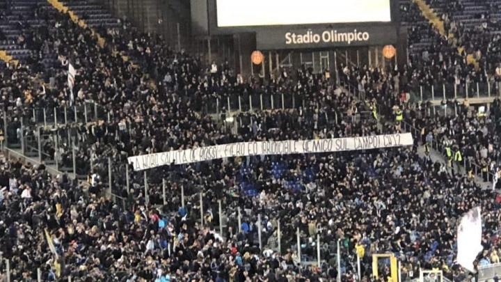 Navijači Lazija posvetili transparent De Rossiju i kupili srca navijača širom Italije