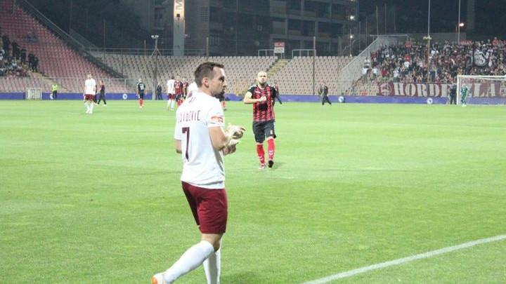 Komične scene u Zenici: Hebibović pojeo kikiriki kojim su ga gađali, navijaču spala patika